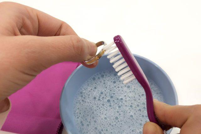 5 trucos para cuidar tus anillos de matrimonio espacio - Limpieza de casa con sal ...